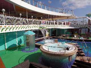 Hot tub pool deck NCL Norwegian Pearl