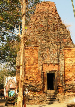 Wat Hanchey, 8th century temple with bricks held together by sticky rice (Photo by David G. Molyneaux, TheTravelMavens.com
