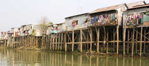 River houses are built to withstand huge changes in water levels between dry and wet seasons (Photo by David G. Molyneaux, TheTravelMavens.com)