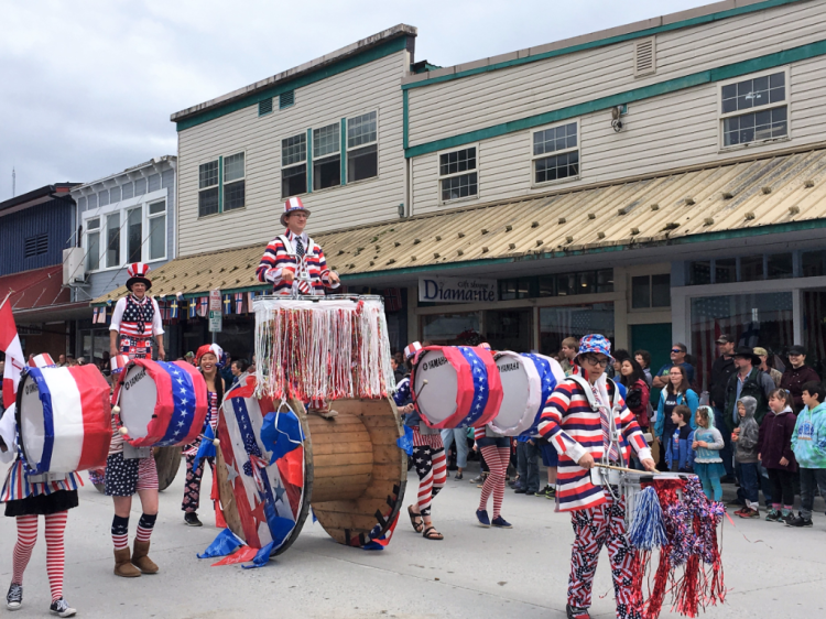 Fools and Spools remain upright in Petersburg's July 4 parade (photo by Fran Golden, TheTravelMavens.com)